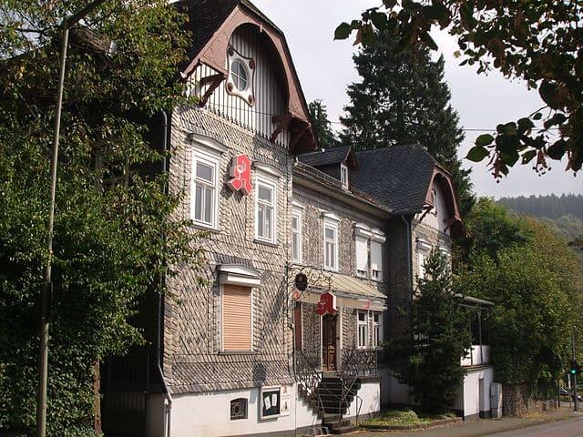 schöne günstige Grabsteine in Kirchen (Sieg) Steinmetz Urnengrab Einzelgrab Doppelgrabstein schöne Grabmäler