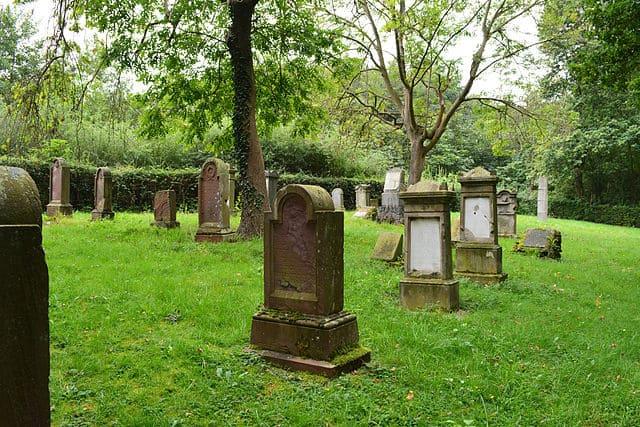 schöne günstige Grabsteine in Kreuzau Steinmetz Urnengrab Einzelgrab Doppelgrabstein schöne Grabmäler