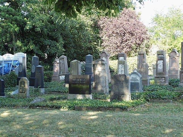 schöne günstige Grabsteine in Brakel Steinmetz Urnengrab Einzelgrab Doppelgrabstein schöne Grabmäler