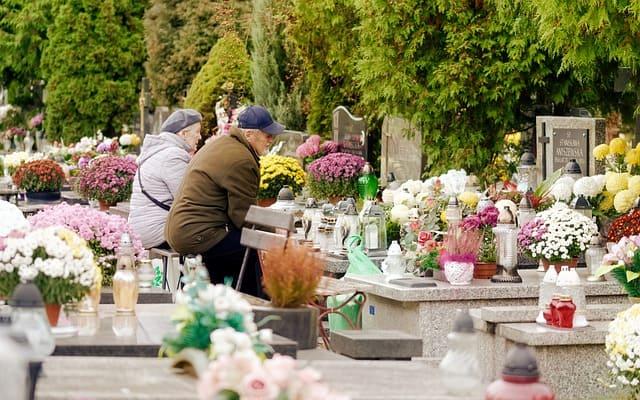 Menschen am Grab zur Grabpflege