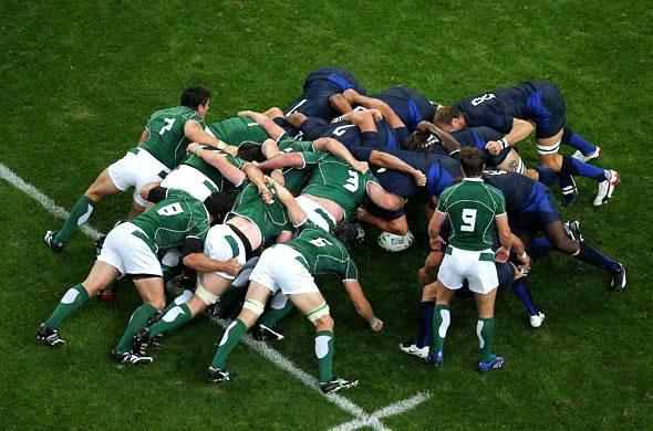 Photo d'une mêlée de rugby pour illustrer le Daily Scrum : réunion avec toute l'équipe Tech pour discuter des avancées.