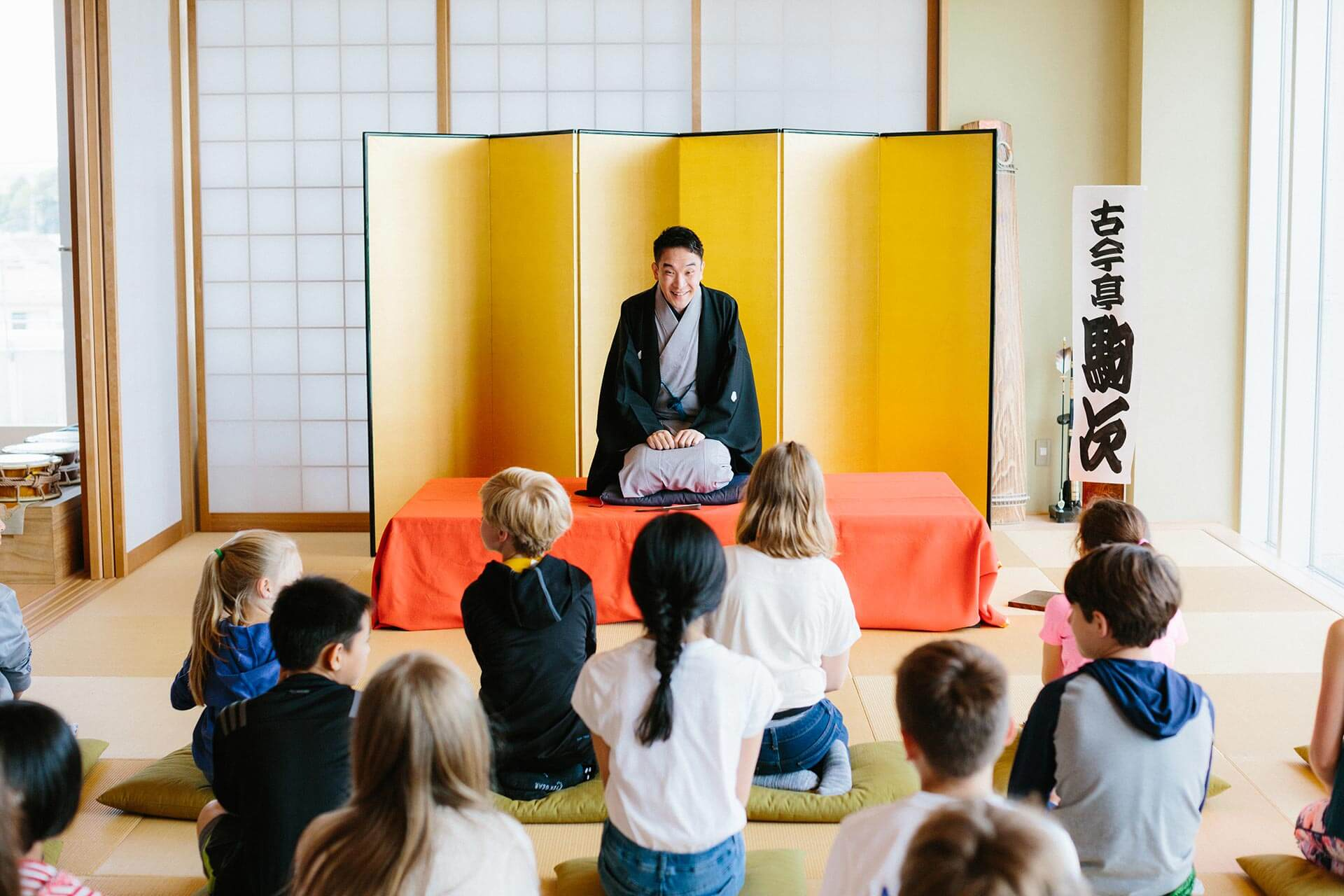 A Rakugo Professional Performs for Elementary School Students in the Japan Center