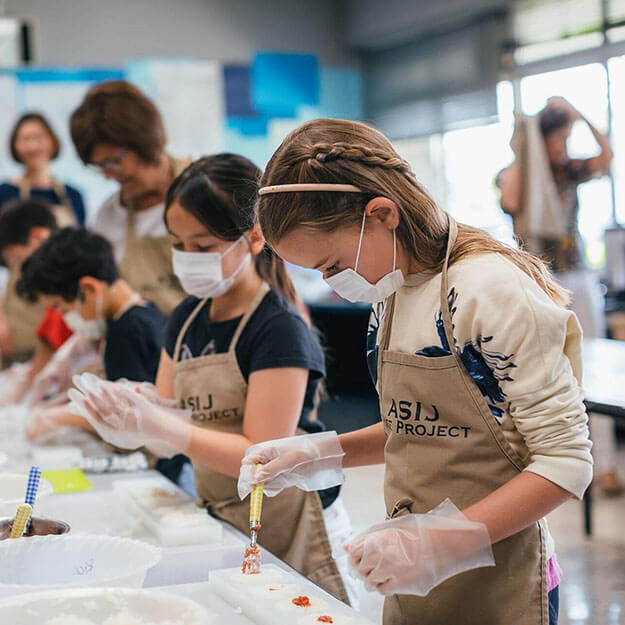 Elementary School Students Prepare Rice Balls for Donation