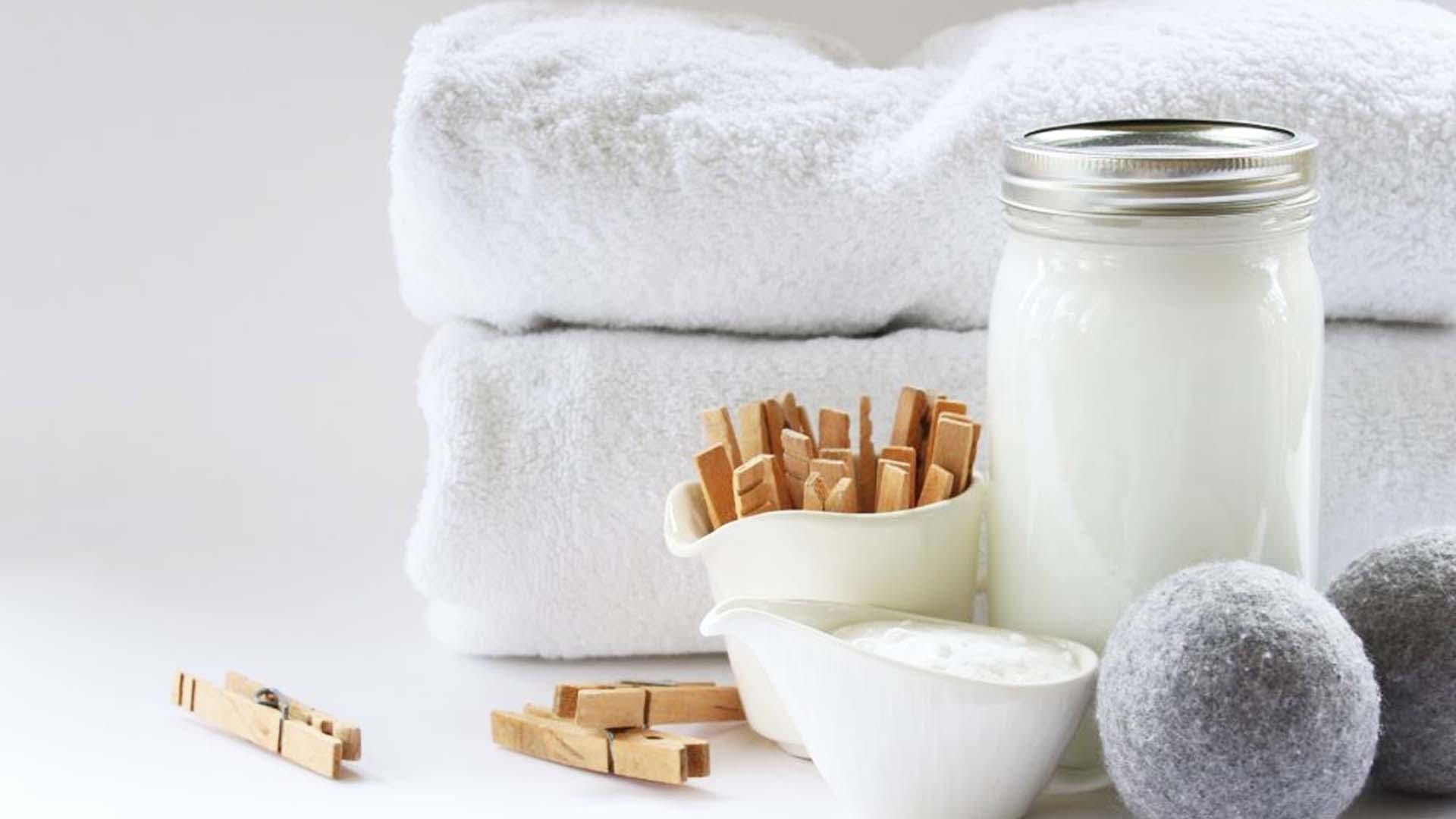 lessive en vrac dans un bocal et serviettes