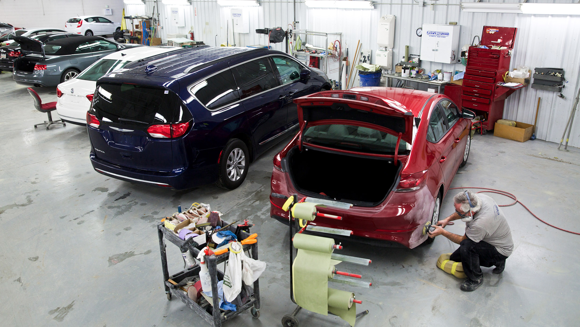 Worker polishing car