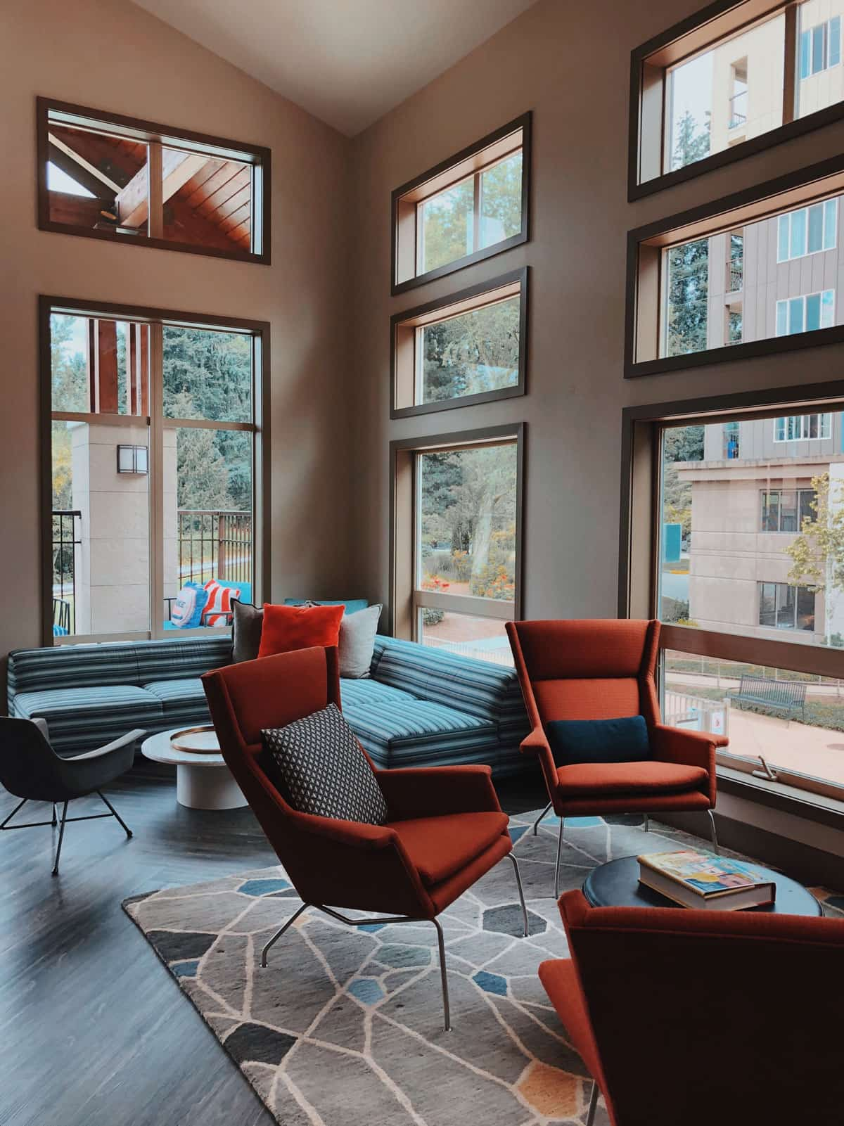 Gemütliche Stimmung in einem Wohnzimmer mit roten Sesseln.