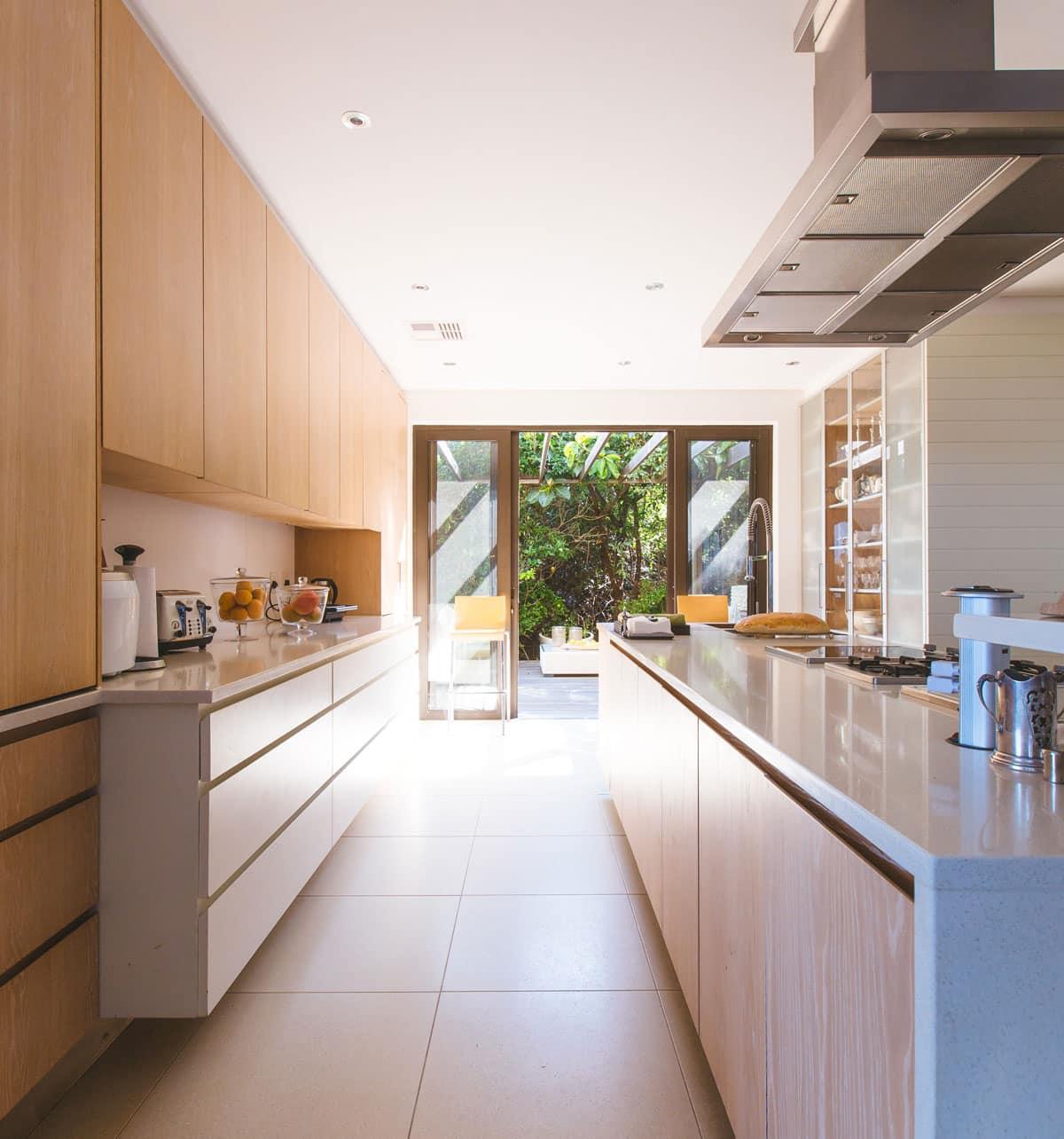 Eine Moderne Küche mit Blick auf die Terrasse
