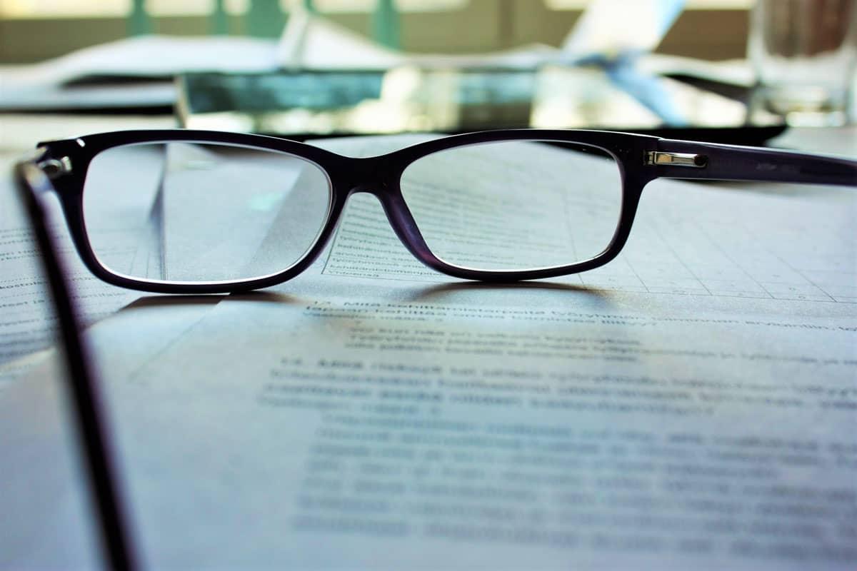 Leserbrille auf einem Mietvertrag