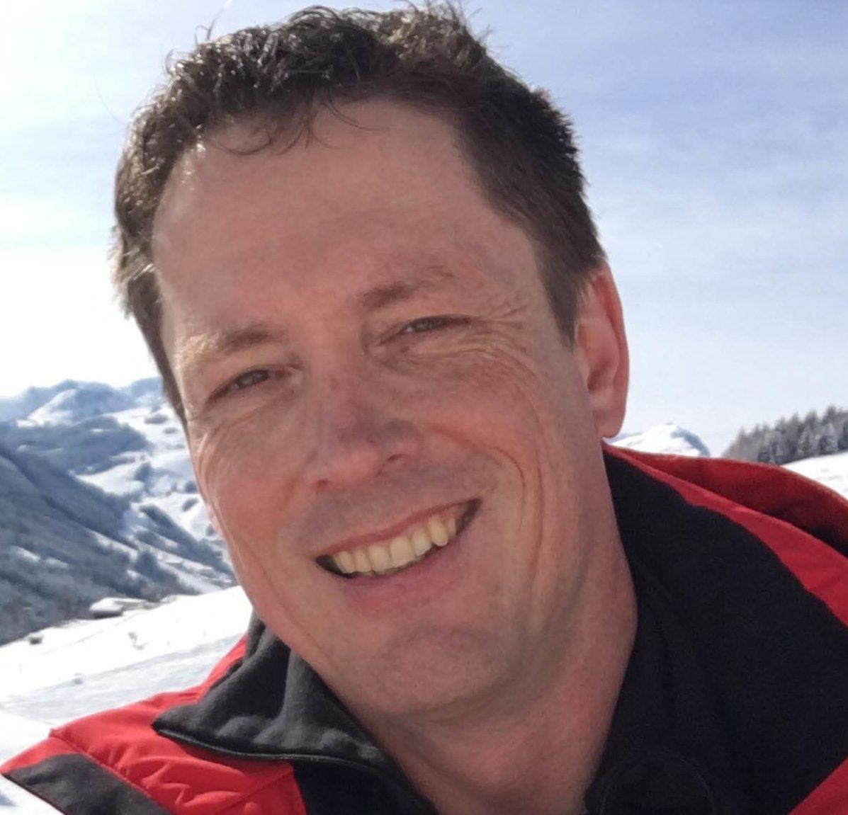 Candid of Sjaak Overgaauw, skiing in mountains