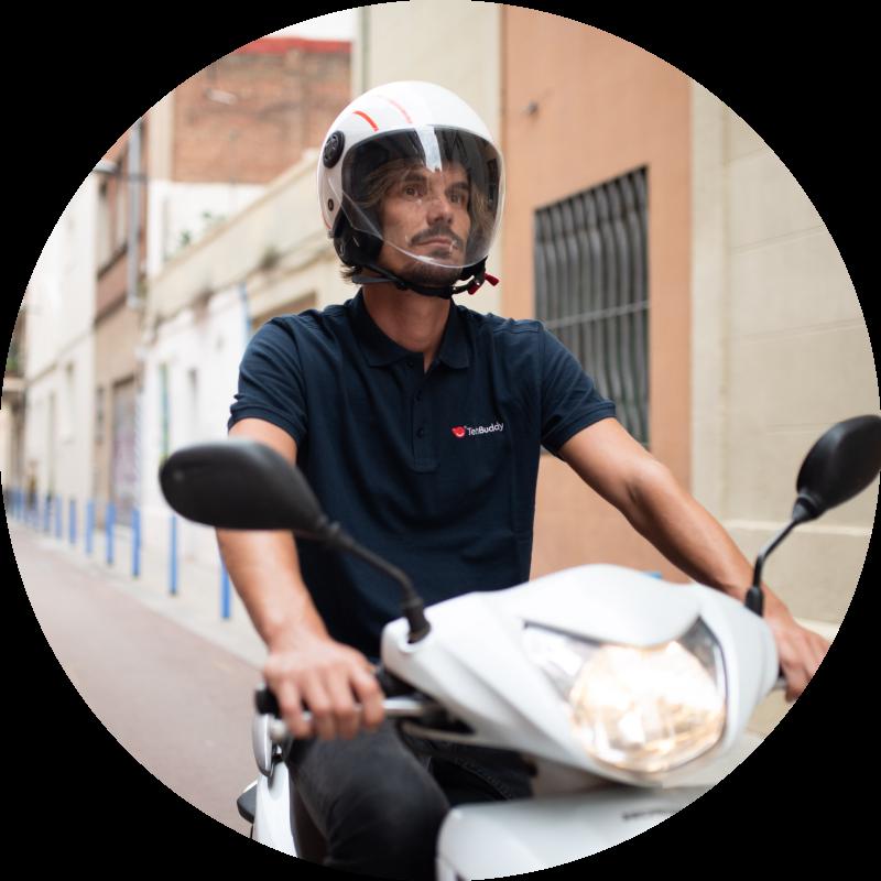 En tekniker på en moped