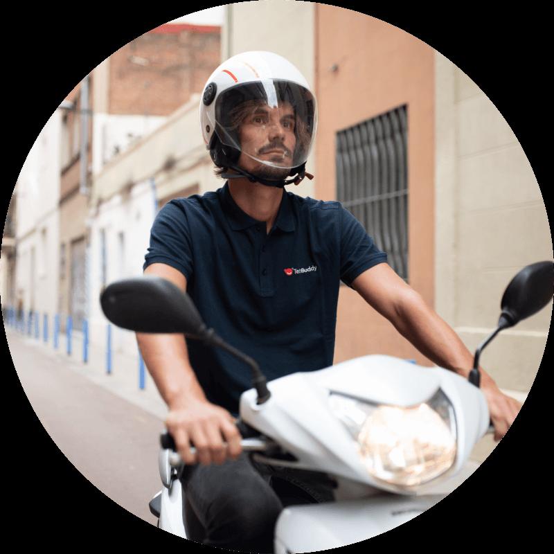 En tekniker åker på en moped.