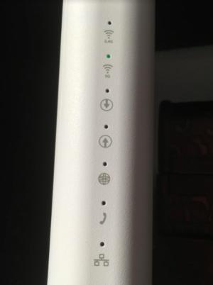 Exempel på hur det kan lysa på ett modem med inbyggd router. I detta fall är bara Wi-Fi igång. Men som man ser på uppåt och nedåtpilen så går ingen information varken in eller ut. Och ingen anslutning till internet eftersom jordglobssymbolen också är släckt.