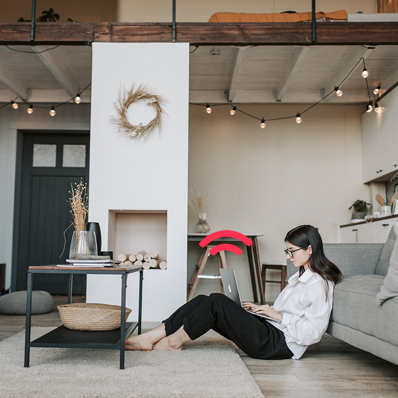 Kvinna som surfar på internet i sitt vardagsrum