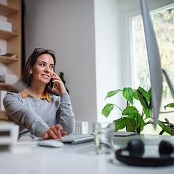 Kvinna som jobbar hemifrån