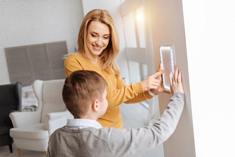 Mamma och son använder ett smart hem-hub