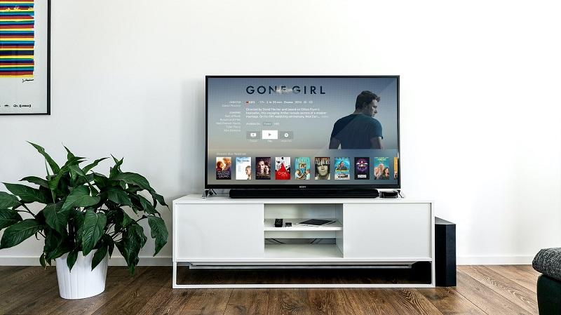 En smart TV i ett vardagsrum
