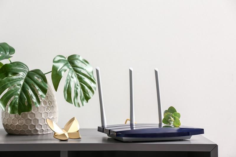 En router på en hylla i ett hem