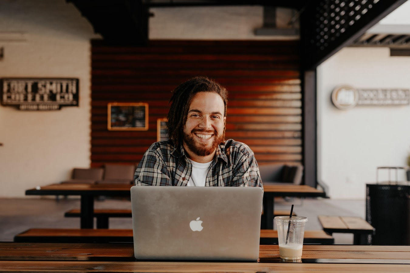En man som sitter vid sin dator i sitt hem.