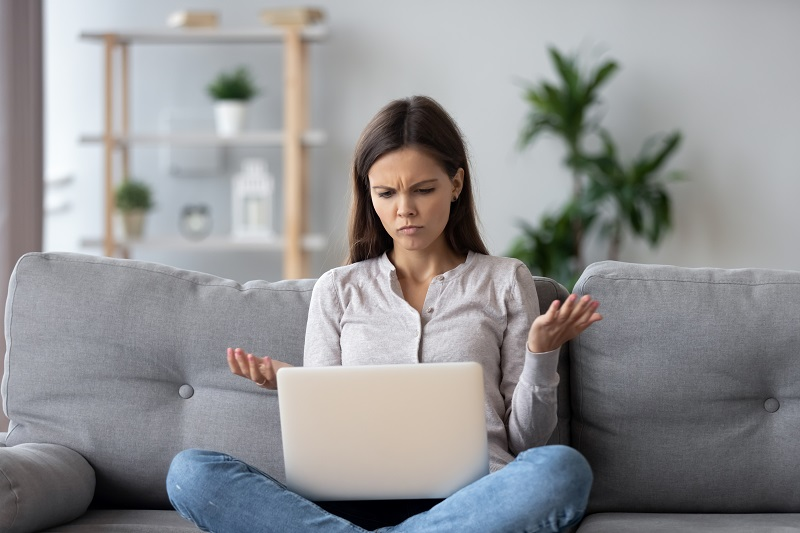 En kvinna med en dator som inte fungerar