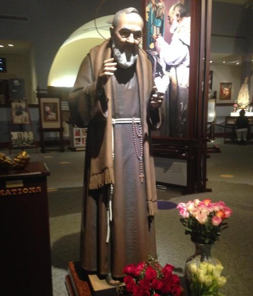 estatua del padre pio fondo