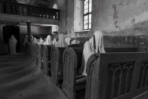 fantasmas sentados en una iglesia