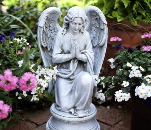 estatua de angel orando fondo
