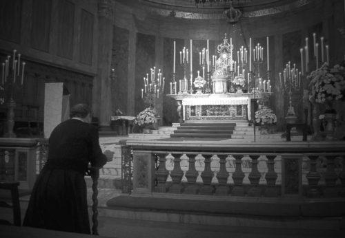 sacerdote en adoracion