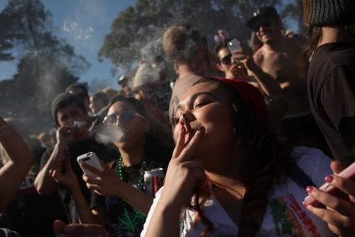 mujeres fumando marihuana