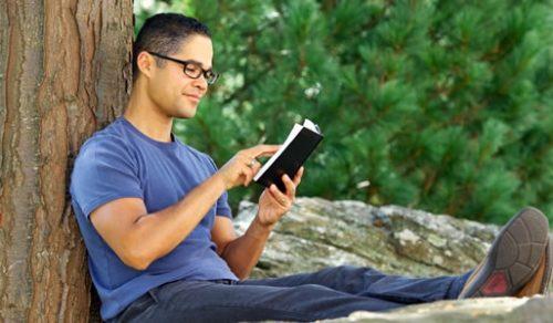 hombre meditando la biblia