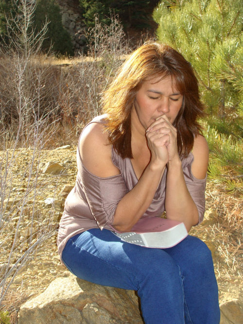 mujer meditando la biblia