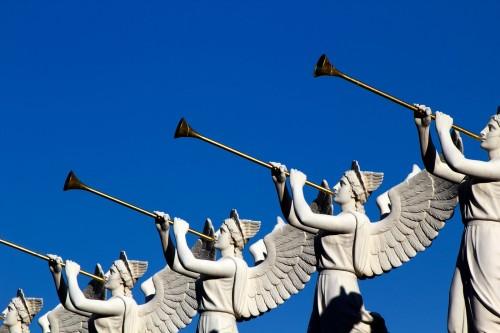 angeles tocando trompetas