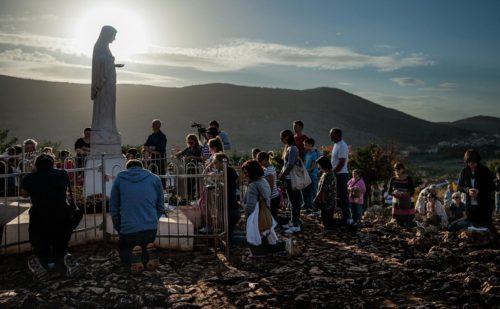 estatua de medjugorje en la colina de las apariciones fondo