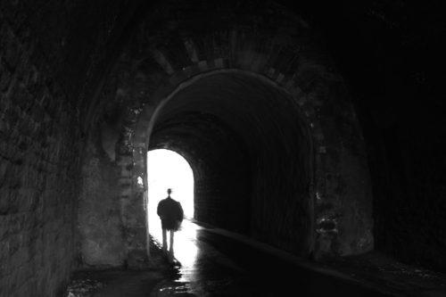 hombre en un tunel experiencia cercana a la muerte