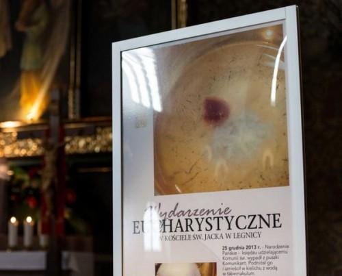 exhibidor-de-imagen-del-milagro-eucaristico-de-legnica