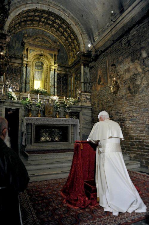 Benedicto XVI orando en la casa de Loreto