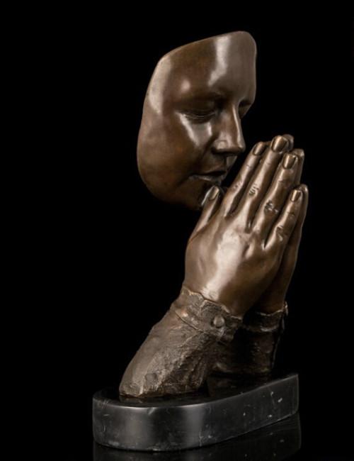 escultura abstracta de hombre orando