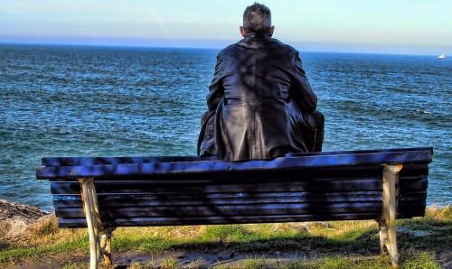 hombre de espalda mirando el mar fondo