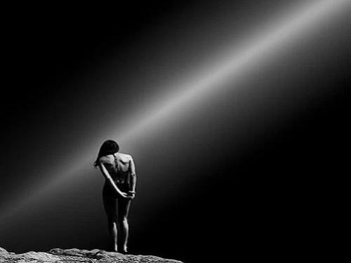 mujer de espaldas con rayo de luz