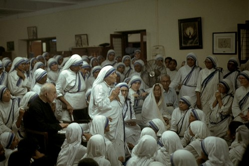 padre John A Hardon con las hermanas de la madre teresa de calcuta