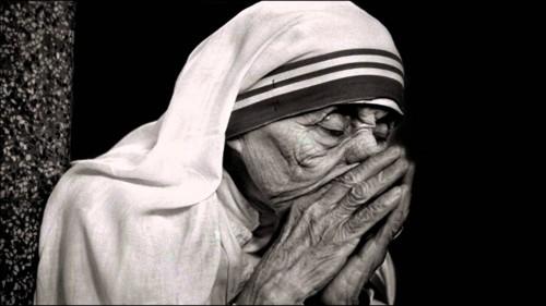 madre teresa de calcuta rezando fondo
