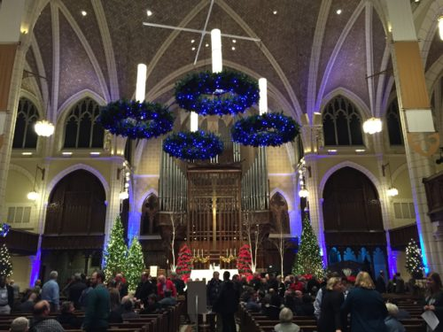 corona-de-adviento-gigante-en-iglesia