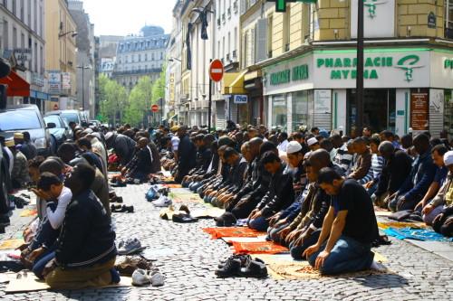 musulmanes orando en la calle en europa