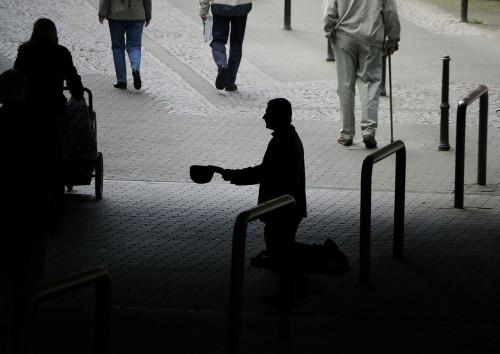 hombre pidiendo en la calle