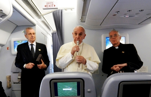 papa francisco en conferencia en avion