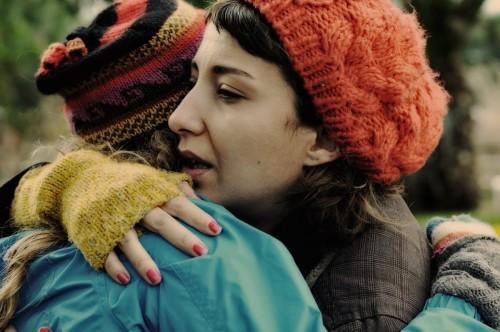 mujer abrazando a otra compasion
