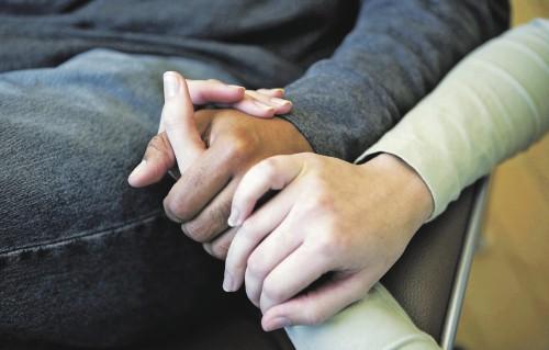 manos tocandose enfermo fondo