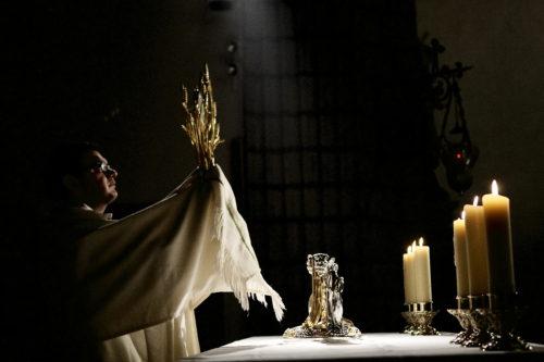 sacerdote mostrando el santisimo fondo