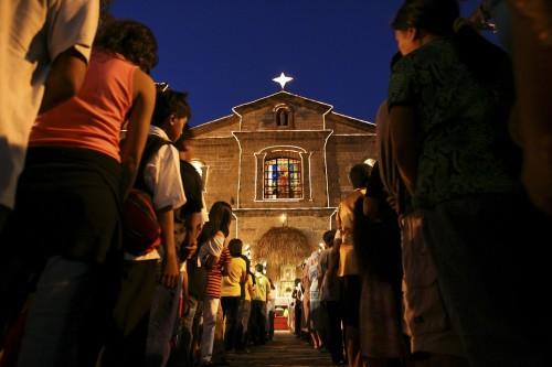 misa de noche fieles de espalda fondo