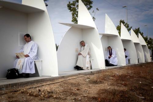 sacerdotes confesando