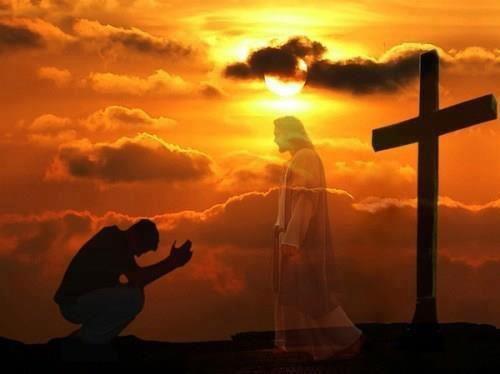 hombre orando frente a jesus y la cruz atras